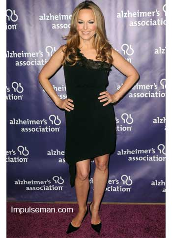 melora-hardin-black-dress-bare-legs-black-pumps