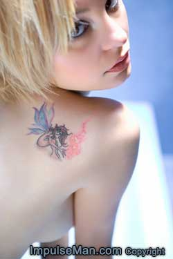 blonde-girl-shoulder-tattoo